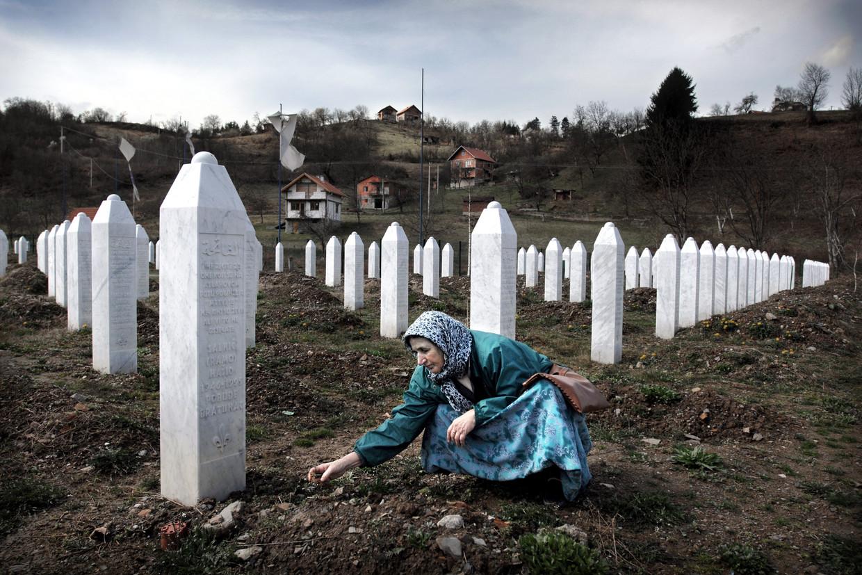 Een vrouw uit de buurt van Tuzla bezoekt een paar keer per jaar het graf van haar man op de begraafplaats bij het Srebrenica-monument in Potocari, 21 maart 2008.