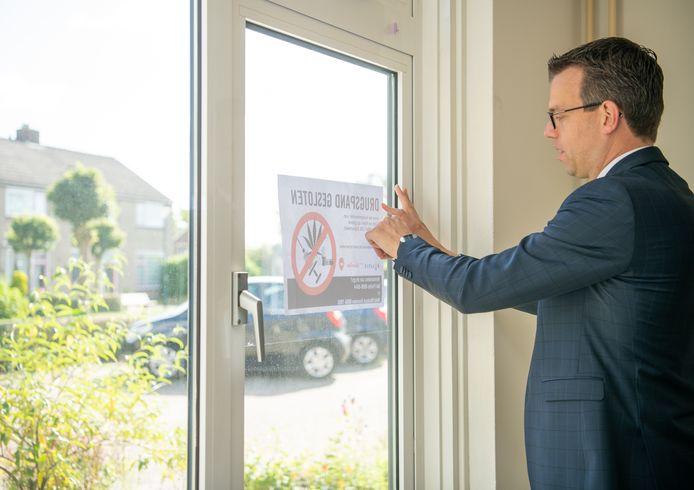 Burgemeester Derk Alssema van Gilze en Rijen bij het sluiten van het eerste drugspand na zijn aanstelling.
