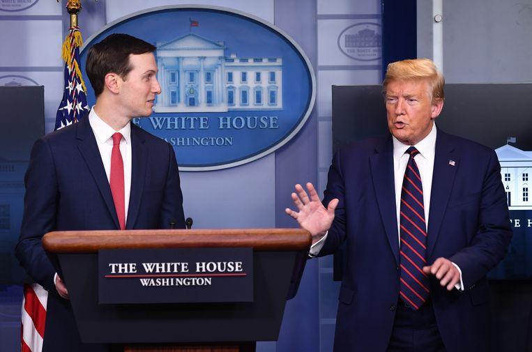 Onverwacht verscheen donderdag tijdens de persconferentie in het Witte Huis de schoonzoon van president Trump, Jared Kushner (links). Hij gaat met onbureaucratische middelen het coronavirus te lijf.  Beeld EPA