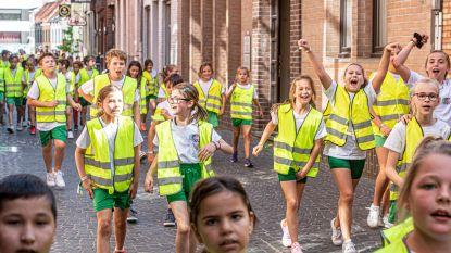 300 kinderen van drie Arkorumscholen 'strappen' samen door de stad