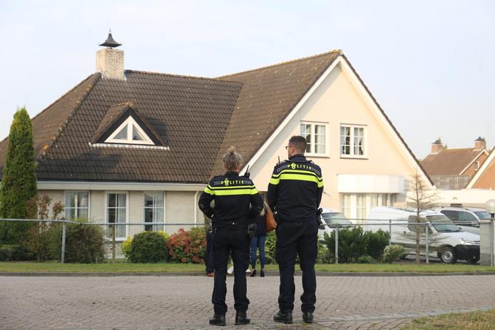 Politieagenten bij het huis in Zevenbergen waar deze week een dode vrouw werd gevonden.