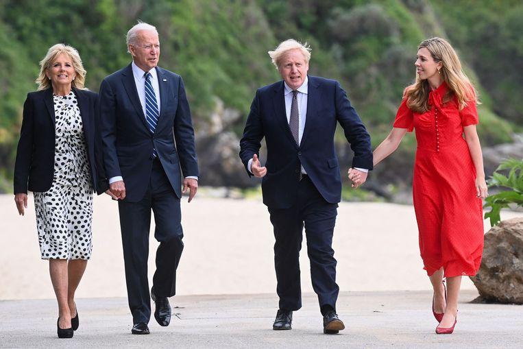 Jill Biden, Joe Biden, Boris Johnson en Carrie Johnson tijdens het bezoek van de Bidens aan het Verenigd Koninkrijk. Het is hun eerste stop tijdens een tournee door Europa.  Beeld AFP