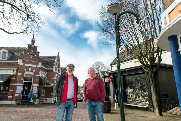 Dirk van Uitert (links) en Rob van der Zon in de Weverstraat. De bewoners zien graag dat de gemeente doorpakt en de herinrichting van de straat gebruikt om ook de straatverlichting aan te passen.