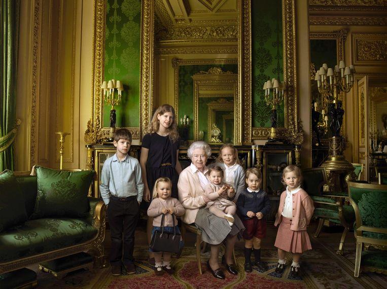 Koningin Elizabeth met achterkleinkinderen en jongste kleinkinderen. Beeld epa