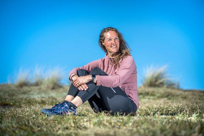 Yolanda Joosse in natuurgebied Oranjezon, waar ze mensen laat zien dat bewegen essentieel is.