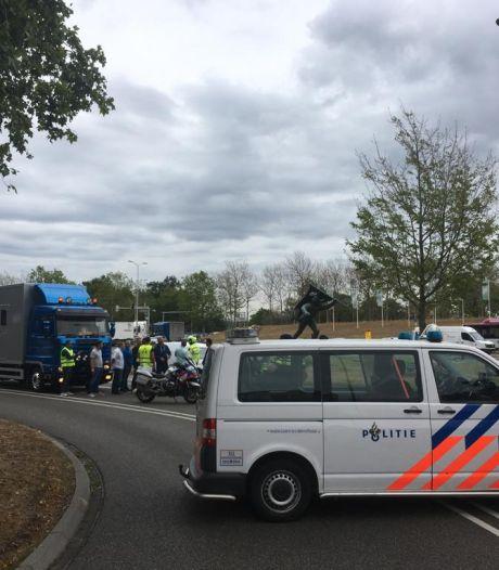Kermisexploitanten trekken uit protest met vrachtwagens Nijmegen in