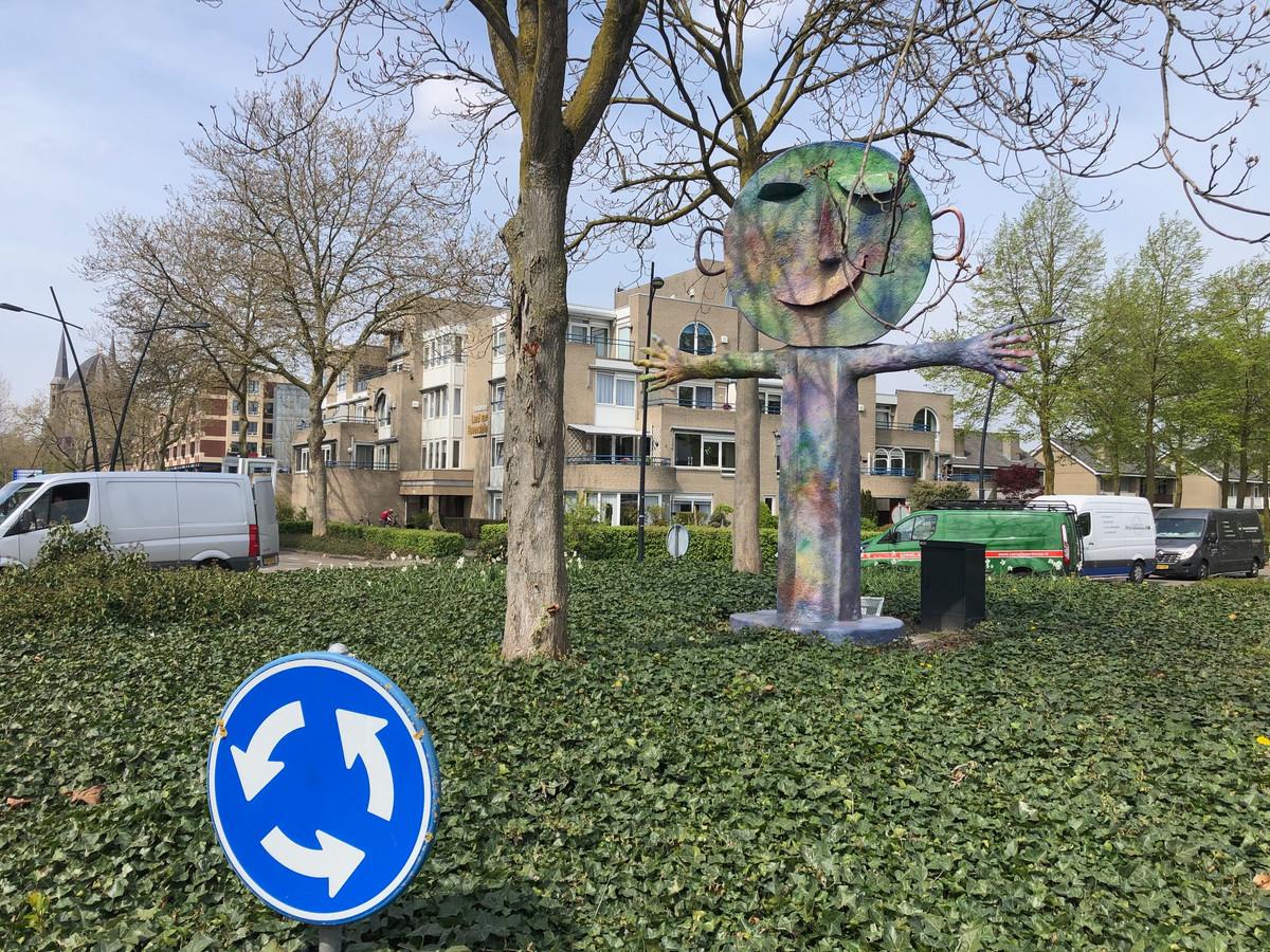 Het beeld 'Welkom' op de rotonde bij het oude politiebureau in Uden. Eveneens een bruikleen van Cor van der Heijden.