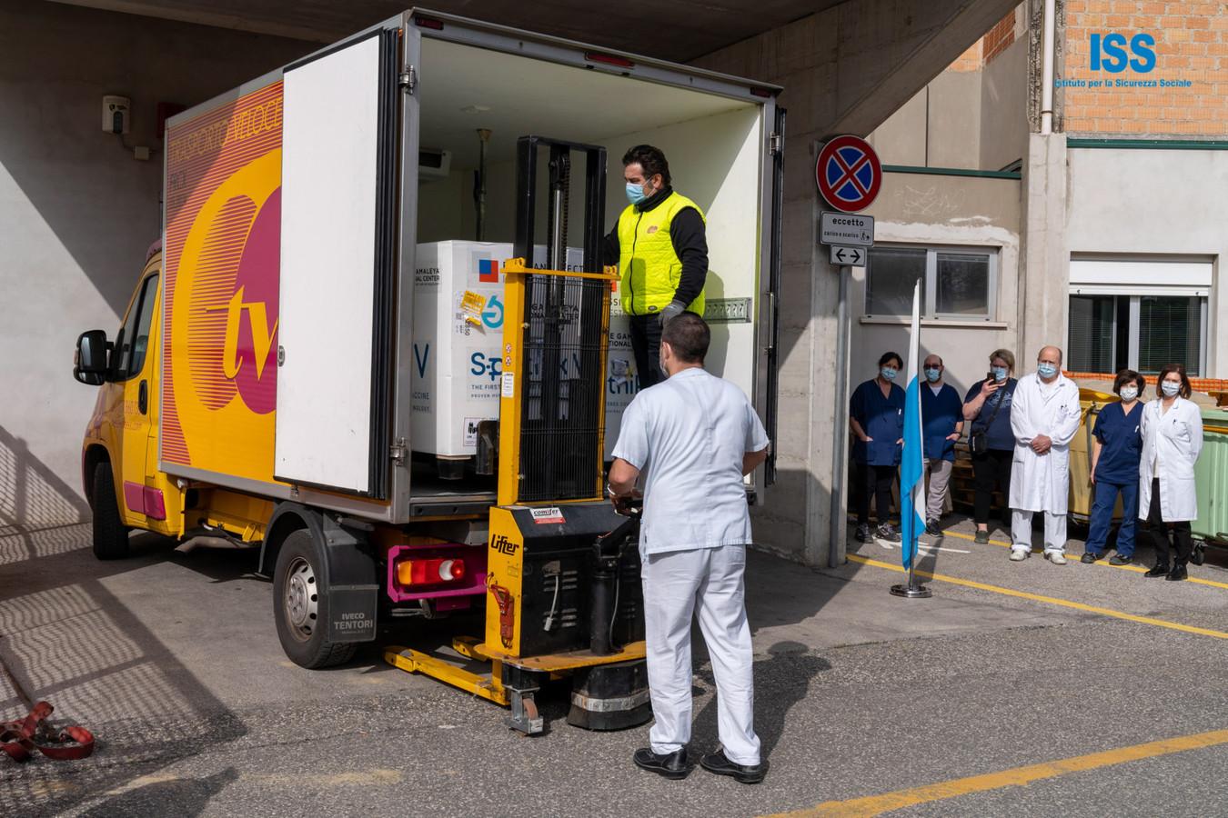 De eerste levering van het Spoetnik V-vaccin werd onder begeleiding van de San Miranese politie van het vliegveld naar het ziekenhuis vervoerd.