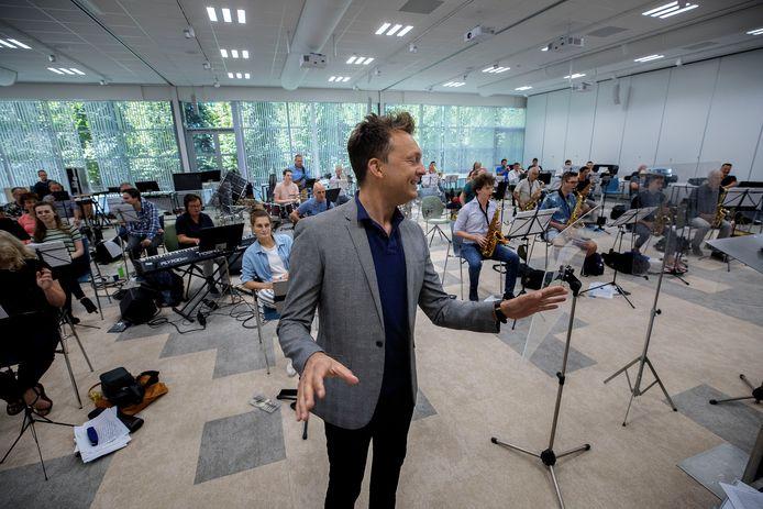 De Philips Harmonie repeteert voor de laatste keer, samen met Johnny Rosenberg.