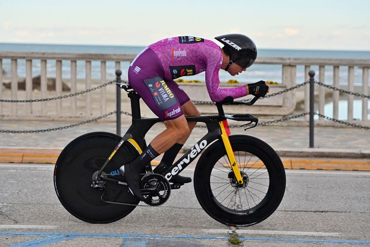 Wout Van Aert tijdens de Tirreno-Adriatico in San Benedetto del Tronto, Italië. Beeld AP
