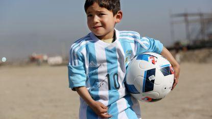 Afghaanse 'mini-Messi' met familie op de vlucht voor taliban