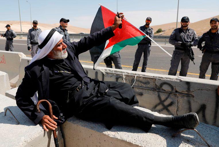 Een Palestijnse man protesteert tegen de sloop van Khan al-Ahmar. Beeld AFP