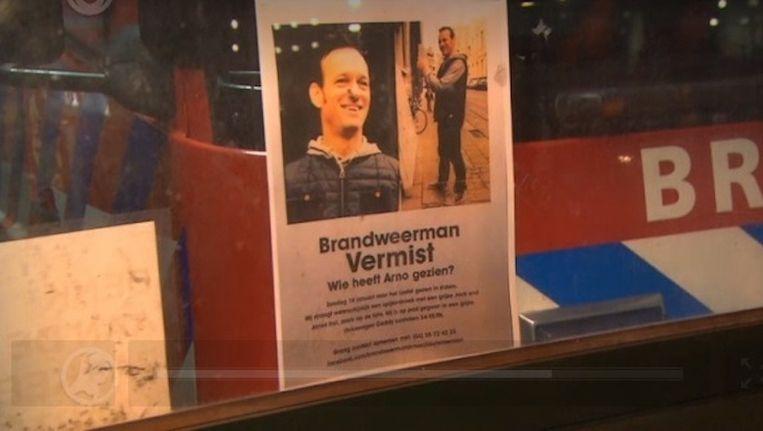 Collega's van brandweerkazerne Victor in de Dapperstraat hebben op hun wagens flyers gehangen van de vermiste Arno Beeld Hart van Nederland