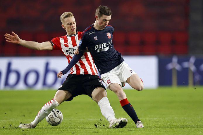 Daan Rots zaterdag in duel met PSV-verdediger Timo Baumgartl.
