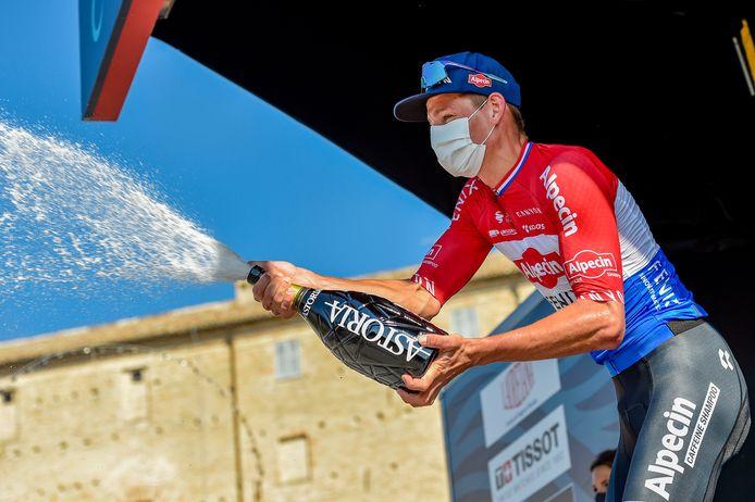 Mathieu van der Poel viert zijn zege in de Tirreno-Adriatico.