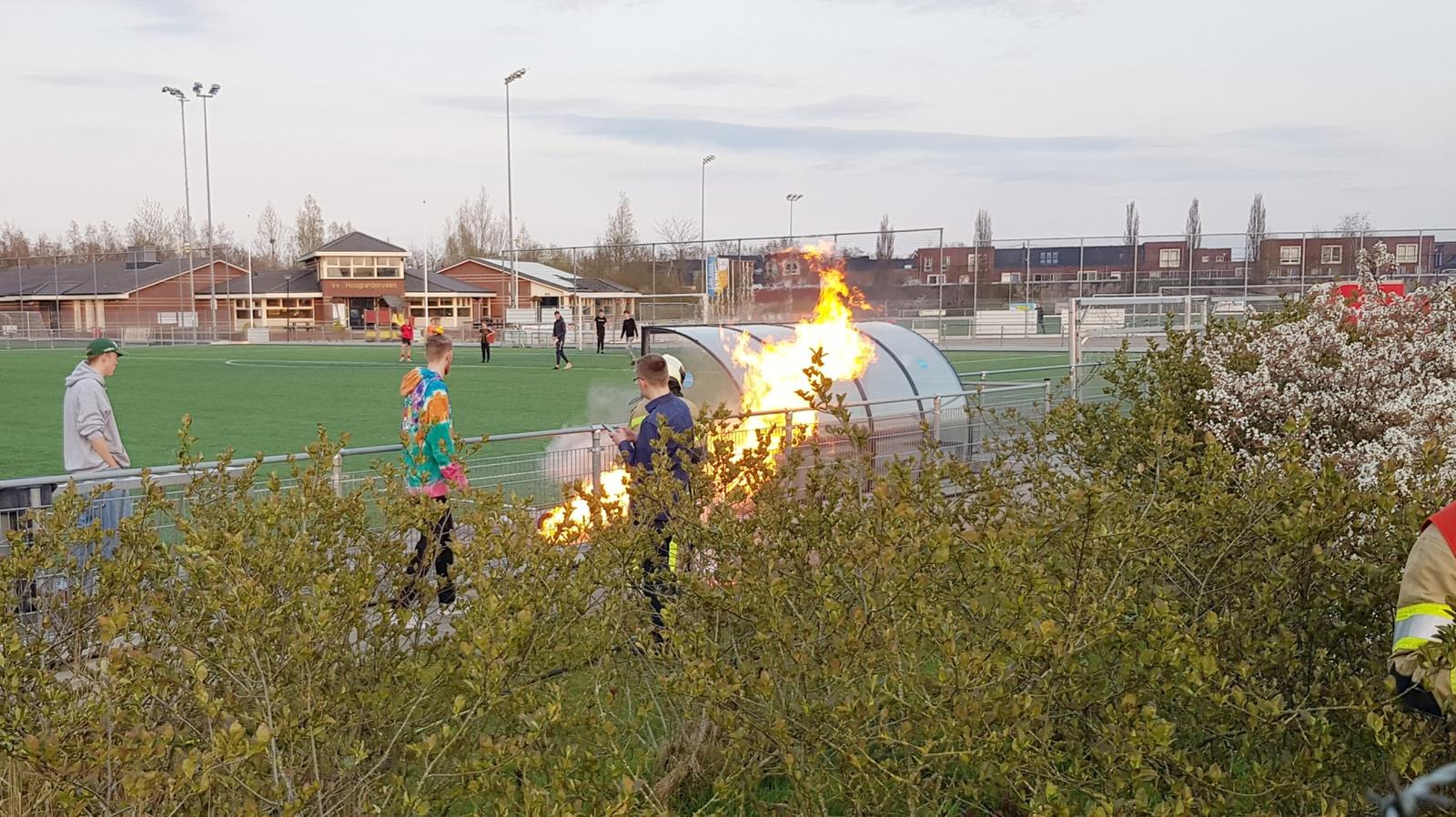 Vandalen hebben vernielingen aangericht bij Hooglanderveen en brand gesticht. De jongens op de foto zijn niet de daders, ze hebben geholpen met blussen.