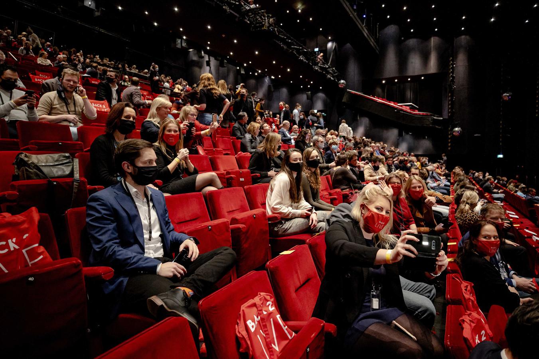 Vijfhonderd mensen waren afgelopen maandag in het Beatrixtheater bijeen tijdens het eerste proefevenement van Fieldlab. In een reeks van dit soort proeven wordt onderzocht hoe grote evenementen veilig kunnen plaatsvinden in coronatijd.