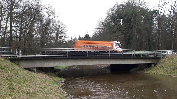 De Vloedstegenbrug in de oude N18 is afgesloten voor zwaar verkeer. In Rietmolen wordt gevreesd voor sluipverkeer, nu ook de N315 tussen Rietmolen en Neede dicht is.