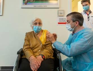 """Bewoners Zilverbos krijgen coronavaccin, burgemeester hoopvol: """"Na corona deel ik gratis knuffels uit op de Grote Markt"""""""