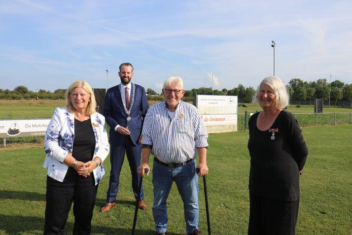 Drie leden van de Kynologenclub Gorinchem werden verrast met een lintje. Vlnr: mevrouw Kleppe, locoburgemeester Joost van der Geest, de heer Bouter, mevrouw Aalberts.