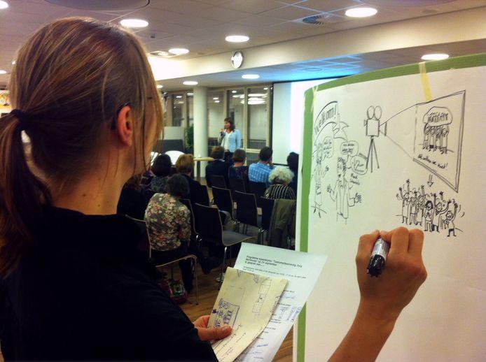 Een ingehuurde tekenares legde de informatieavond van Bernhoven in tekeningen vast.