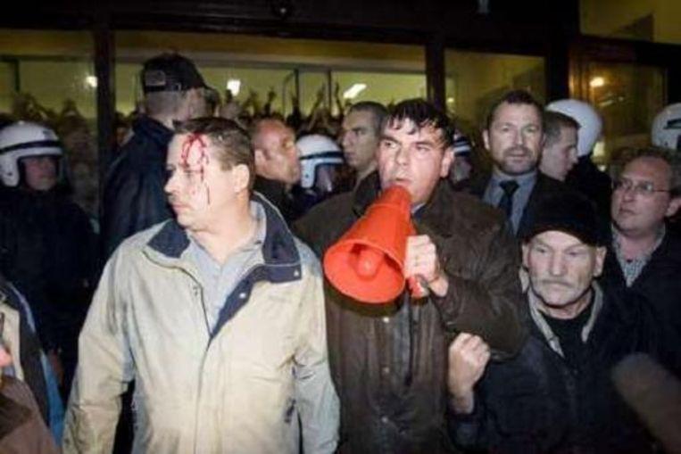 De politie zette ook het waterkanon in. (Foto: Verbeke)