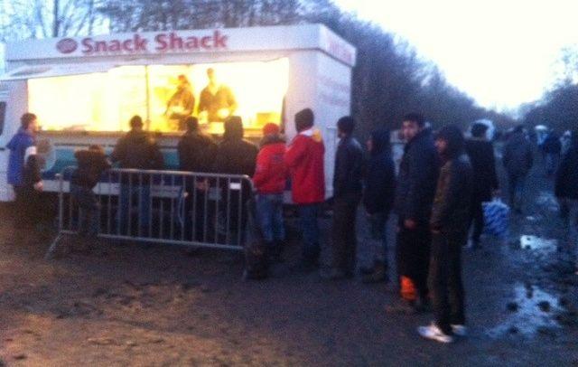 De Engelsen van 'Snack Shack' delen gratis maaltijden uit.