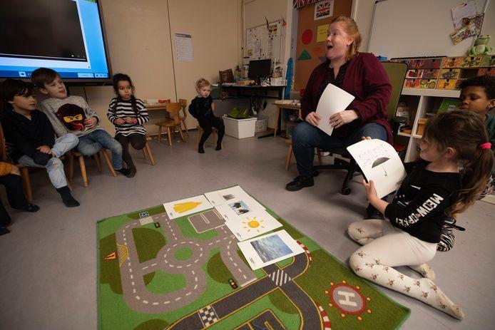 Juf Annemieke Coolen geeft Engelse les aan de kinderen van groep 1/2b van De Klimboom uit Eindhoven.