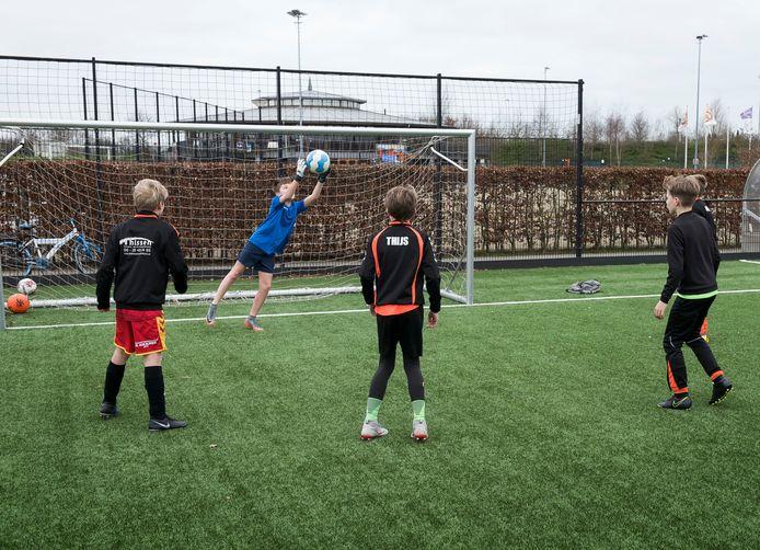 Dit blijft de hele zomer een vertrouwd beeld op sportpark de Vrijheit in Vleuten. Voetballers van DESTO trainen de hele zomer door.