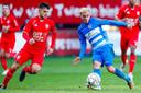 Lindon Selahi in duel met Mustafa Saymak van PEC Zwolle