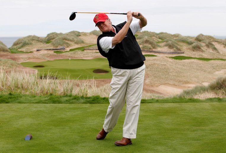 Archiefbeeld van de president in actie op een golfterrein.