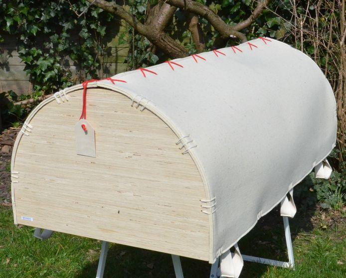 Een van de kisten waarin een overledene in foetushouding kan worden opgebaard.