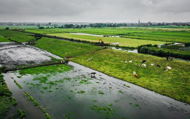 Met de recente hoge waterstanden in Limburg heeft deze dijkdoorbraak in Reeuwijk niets te maken, liet de Veiligheidsregio Hollands Midden meteen weten. Beeld Hollandse Hoogte / Jeffrey Groeneweg