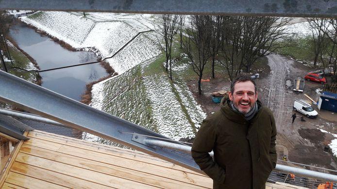 Architect Ad Kil bovenin Pompejus, met uitzicht op Fort de Roovere en de wereldberoemde Mozesbrug in de gracht.