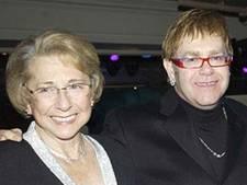 Elton John in shock na overlijden moeder