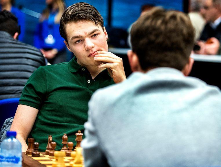 De schaakfamilie van Foreest neemt deel aan Tata Steel Chess. Lucas van Foreest kijkt zijn tegenstander indringend aan tijdens het begin van hun partij  Beeld Klaas Jan van der Weij