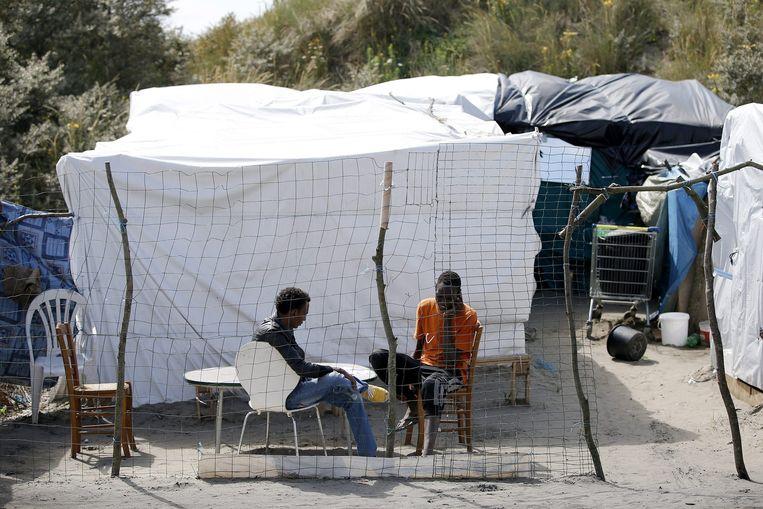 Hulporganisaties schatten dat er zo'n 3500 vluchtelingen in Calais verblijven. Beeld epa