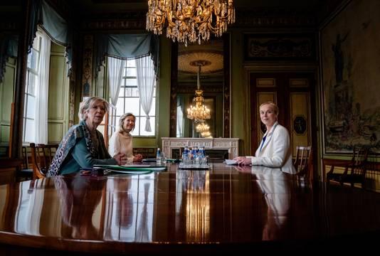 Sigrid Kaag (D66) wordt in de Tweede Kamer ontvangen door verkenners Annemarie Jorritsma en Kasja Ollongren. De verkenners spreken met alle zeventien beoogde fractievoorzitters over mogelijke regeringscoalities.