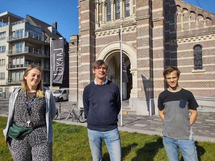 Marktverantwoordelijke Lotte Geertsen verwelkomt Henk De Gheldere en Tillo Luyckx in de bar van de Roeselaarse Lokaalmarkt.