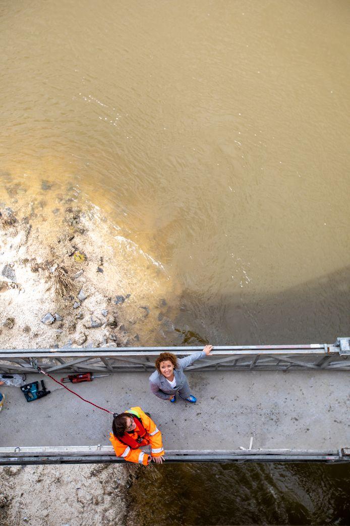 Lydia Peeters was aanwezig bij de inspectie van de Maasbrug van Maaseik.