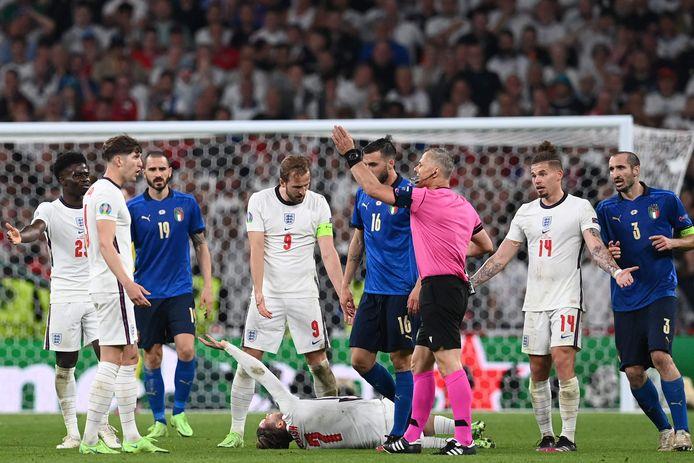 Bjorn Kuipers stuurt de protesterende Engelsen weg.