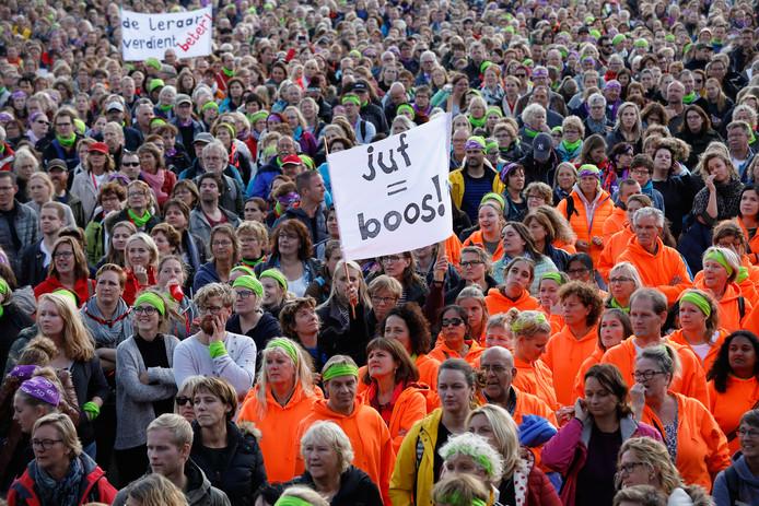 Basisschoolleraren tijdens een protestmanifestatie vorig jaar in het Zuiderpark. De onderwijsvakbonden AOB en CNV hadden opgeroepen tot een staking uit onvrede over het te lage salaris en te hoge werkdruk.