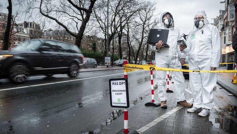 Milieudefensie meet de luchtvervuiling op de Stadhouderskade Beeld Mats van Soolingen