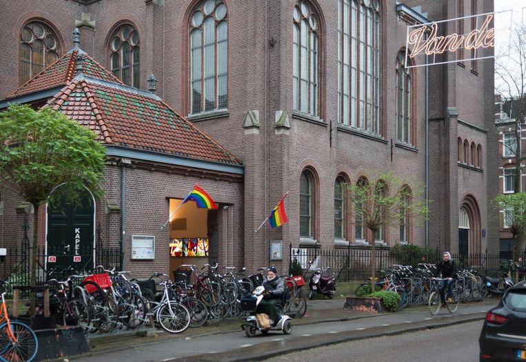 De Oranjekerk in De Pijp hing maandag regenboogvlaggen uit, als protest tegen de Nashvilleverklaring. Beeld Maarten Steenvoort