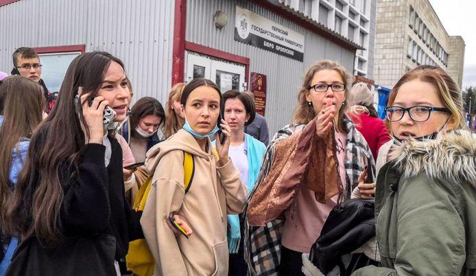 Geëvacueerde studenten buiten aan de universiteit.