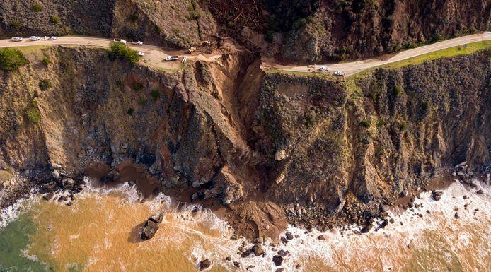 Eind januari verdween een stuk wegdek van 45 meter in de zee na hevige stortbuien.
