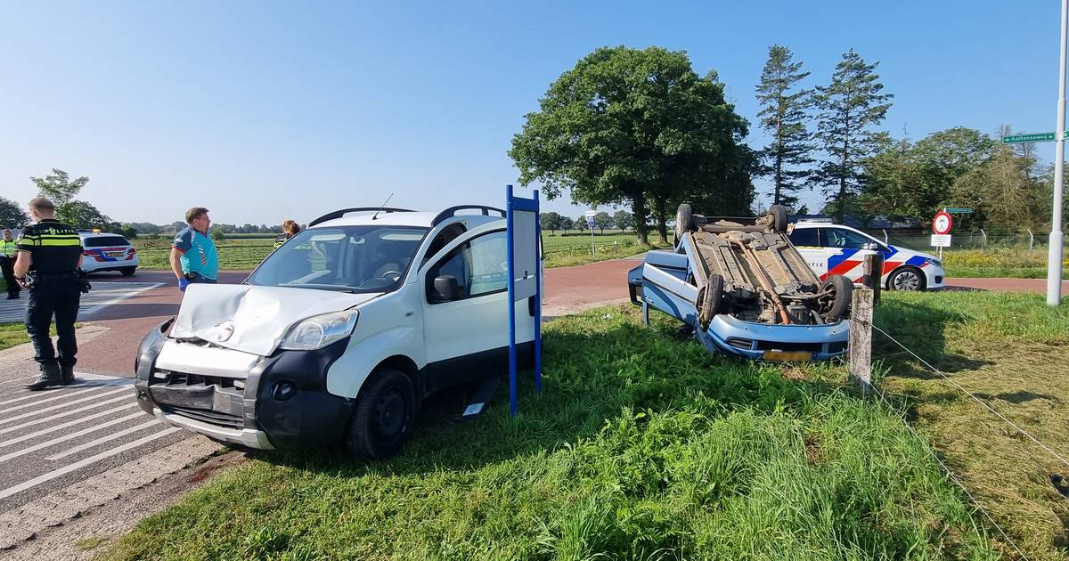 Auto slaat over de kop bij ongeval met bestelbus in Hengelo.