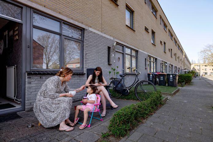 Familietafereeltje in de Stoeterijstraat, waar Tilburg mensen met een uitkering of strafblad weert als nieuwe huurders.