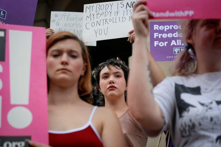 Vrouwen protesteren bij het Capitool in Atlanta, Georgia, tegen de strenge abortuswet die de staat wil invoeren. Beeld Foto  Elijah Nouvelage / Reuters