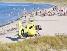 Vrouw wordt onwel in zee bij Yerseke, traumahelikopter landt op strand